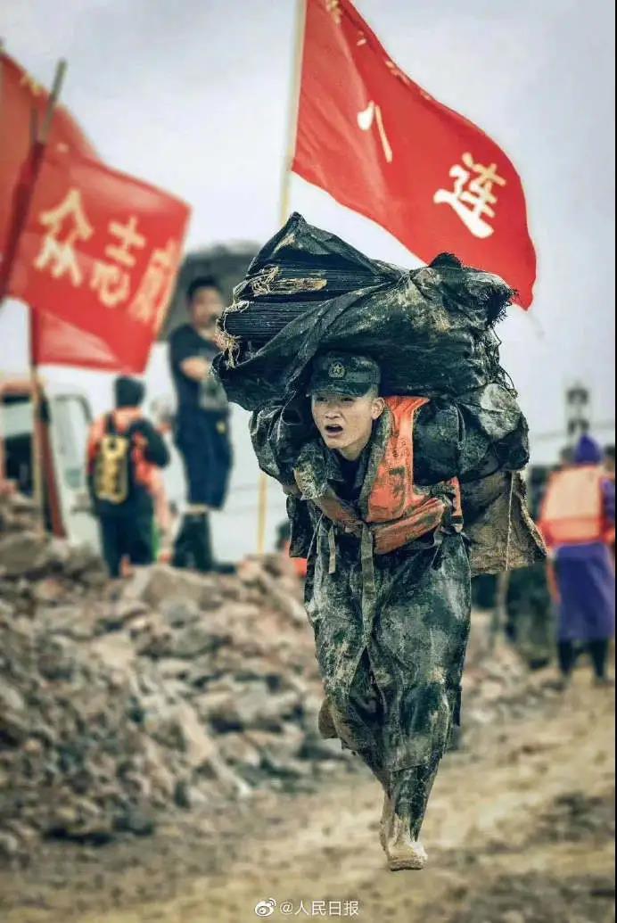 洪水无情,人有情让我们看到中国人的牺牲与奉献.jpg